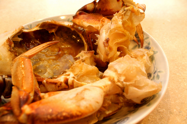 Lay crab in plate